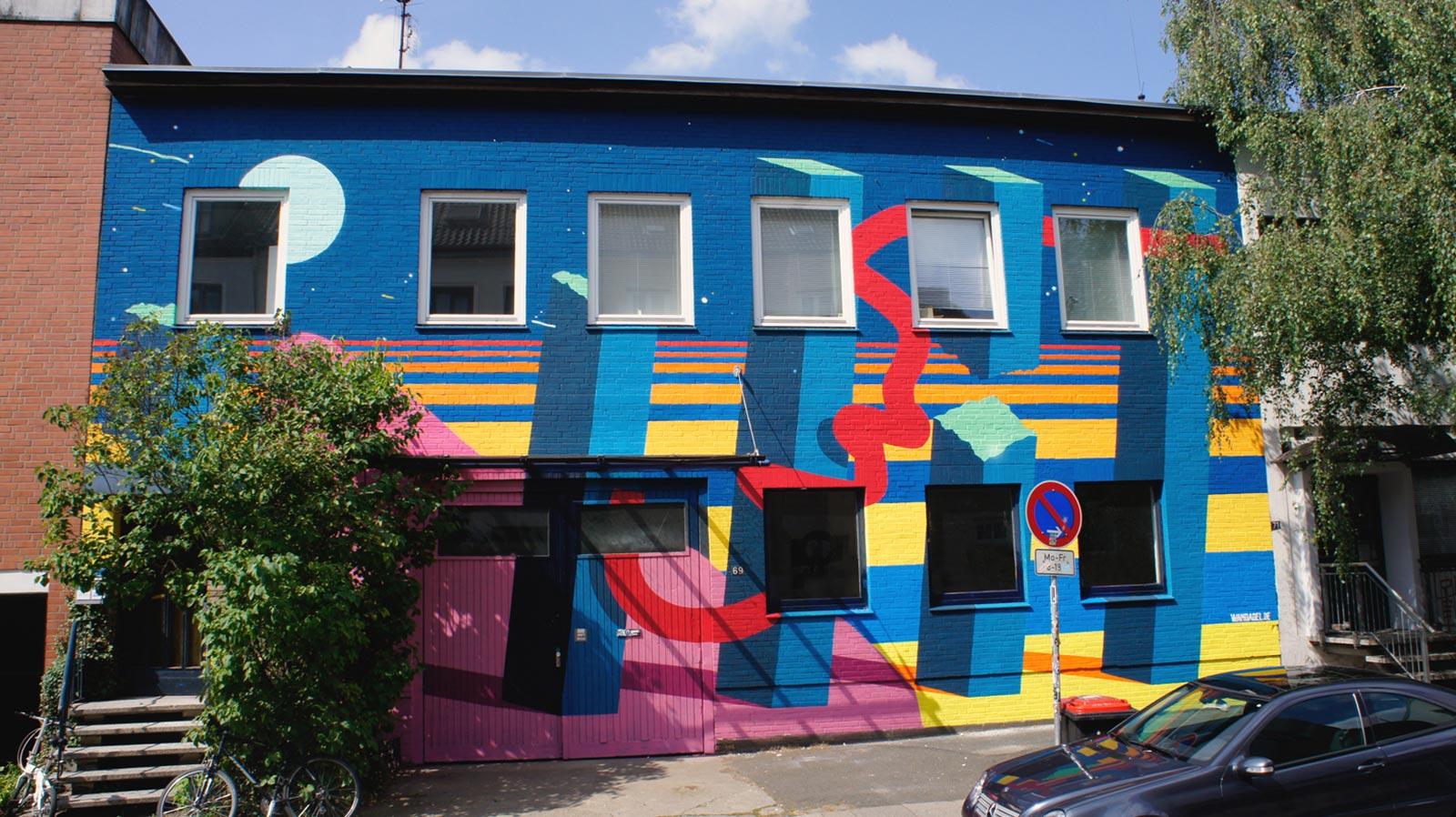 Bunte Fassadengestaltung – abstrakte Kunst in Hamburg