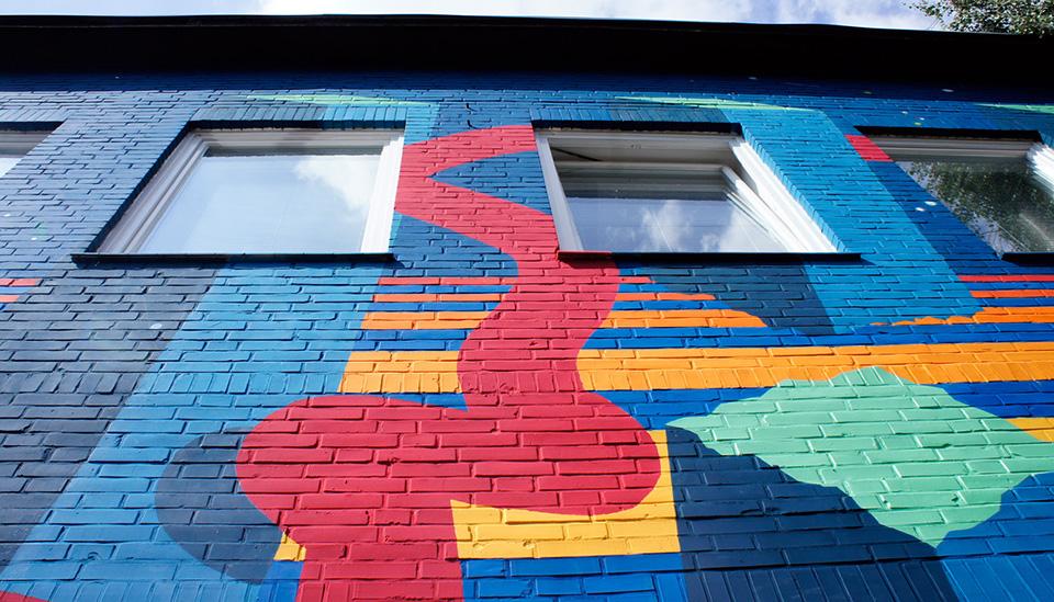 Bunte Fassadengestaltung – abstrakte urban art in Hamburg