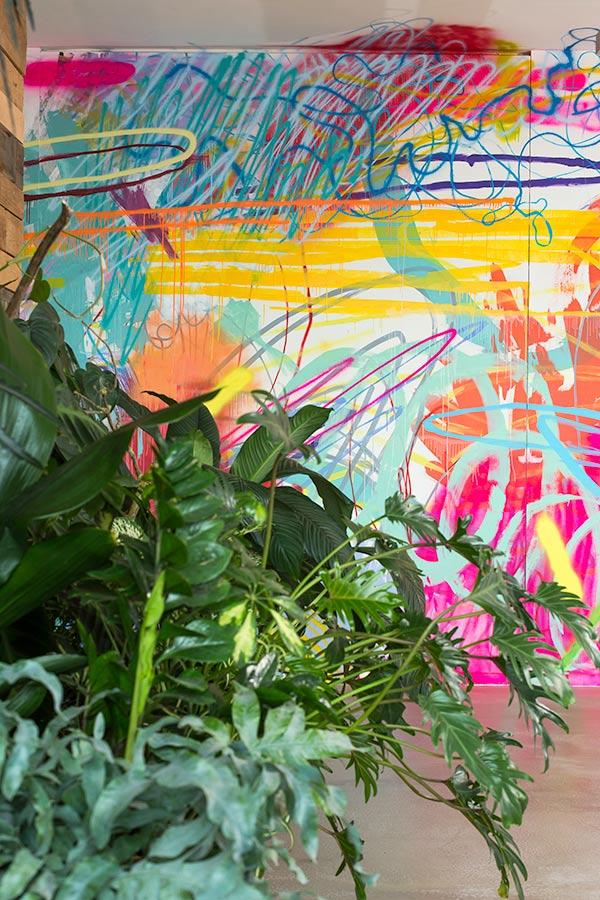 Wilder Farbwuchs – Eine erfrischend andere Wandgestaltung im Büro