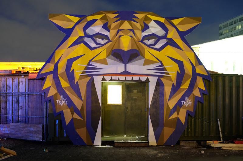 Eingang zum Polygon Club jetzt durch den Tiger