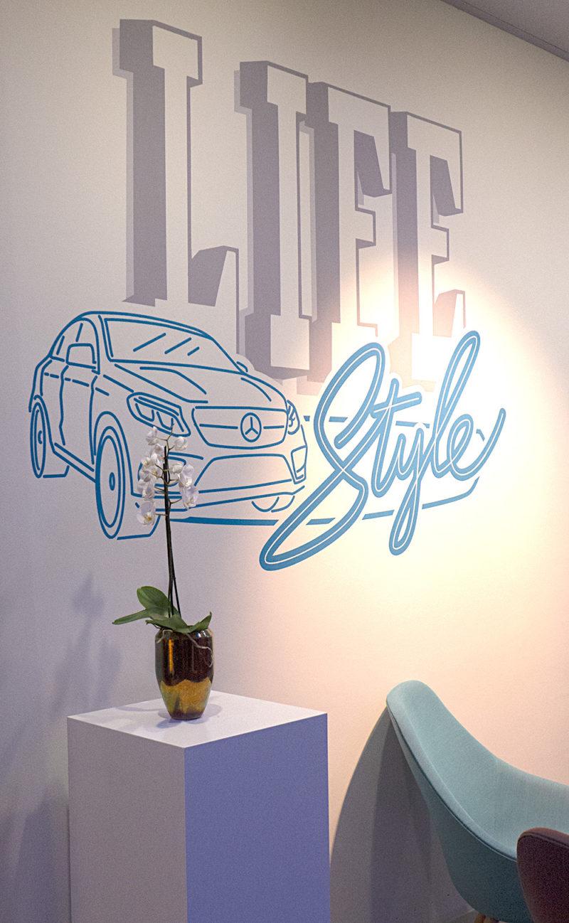 Wandgestaltung neonsign style im Mercedes me store
