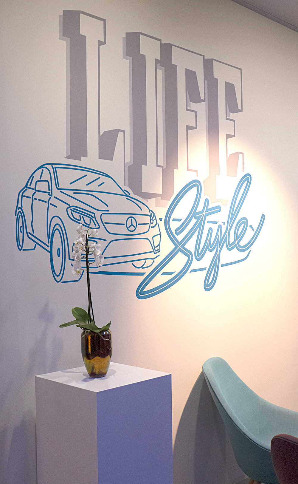 Wandgestaltung Neonsign Style im Mercedes store Hamburg