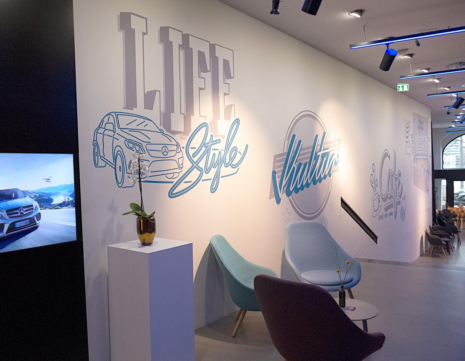 Gemalte Logos an der Wand im Mercedes store Hamburg